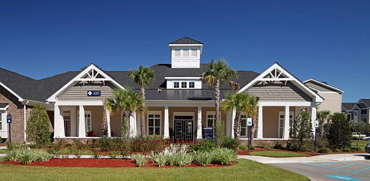 Ashton Pointe Apartments in Beaufort, South Carolina' clubhouse and lawn